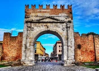Arch of augustus auf deiner Jugendreise nach Italien