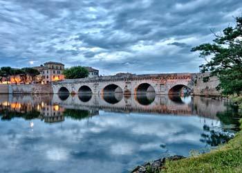 Sommerreise in Italien den Ponte de tiberio besuchen